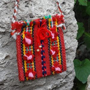 Червена тъкана торбичка